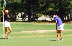 Layne Dyar (R) taps in her winning par putt to defeat Katie Roberts on the first hole of a sudden-death playoff.