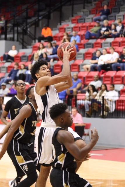 Diante Wood keeps his eye on the basket as he weaves through traffic during Sacred Heart's victory over Carrollton Saturday. (Photo by Kristen Stringer/Krisp Pics Photography)